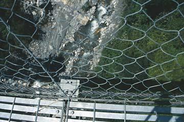 Schwindelerregende Aussicht senkrecht unter die Hängebrücke