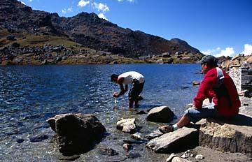 Traditionelle Waschung am heiligen See von Gosainkund, Langtang Trek