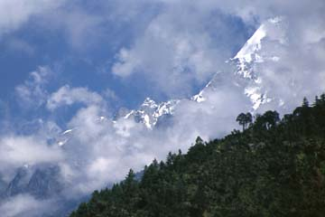 Die Bergwelt hinter Dhunche auf dem Langtang Trek