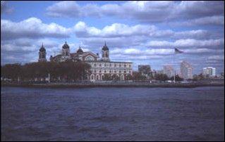 Die Empfangshalle auf Ellis Island vor Manhattan, New York