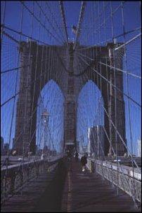 Die Brooklyn Bridge zwischen Brooklyn und Manhattan in New York