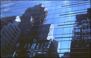 eine Spiegelung in den Hochhäusern von New York