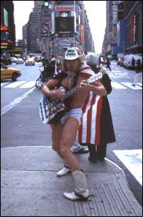 Ein New Yorker macht Werbung für seine Show in Manhattan, New York