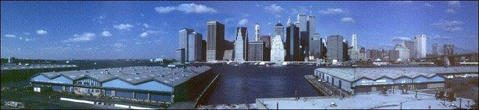 Ausblick auf Südmanhattan von der Uferpromenade in Brooklyn, New York