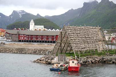Svolvaer mit weißer Steinkirche, Lofoten, Norwegen