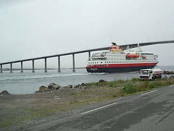 Hurtigrutenschiff bei Risöyhamn, Vesterälen, Norwegen