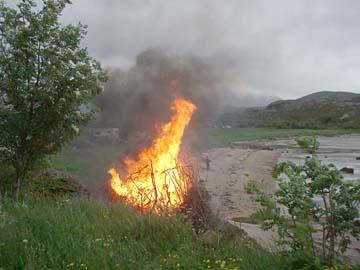 Sonnwendfeuer am Kallestrand, südl. Svolvaer/Lofoten, Norwegen