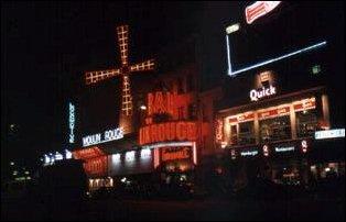 das Moulin Rouge im Vergnügungsviertel von Paris