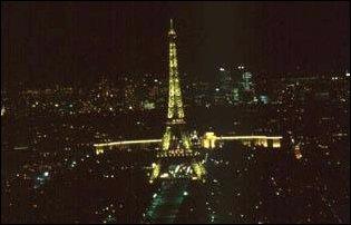 der beleuchtete Eiffelturm von Paris gesehen vom Montparnasse-Gebäude aus gesehen