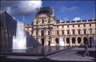 das Louvre mit seiner Glaspyramide im Zentrum von Paris