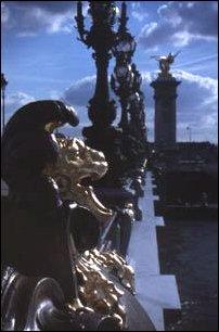 prunkvolle Brückenverzierungen an der Seine in Paris