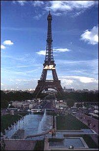 der Eiffelturm gesehen vom Parc du Champ de Mars, Paris