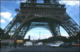 die vier Standbeine des Tour Eiffel in Paris