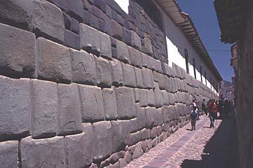 die Inkamauern in der Calle Hatunrumiyoc, Cusco; Peru