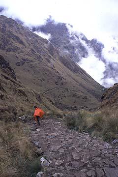 der lange Abstieg nach dem schweren Aufstieg, Inka Trail Tag 2, Peru