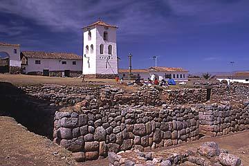 die Kirche von Chinchero ist ebenfalls auf Inkamauern errichtet, Cusco, Peru