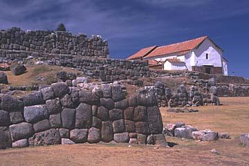 die Dorfkirche von Chinchero ist auf einem alten Inka-Tempel erbaut, Peru