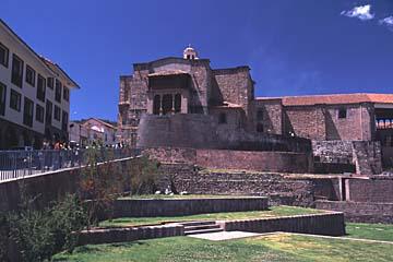 der Sonnentempel basierd auf einem Fundament der Inka, Cusco, Peru