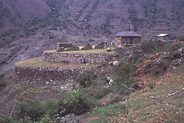 neben dem ersten Camp befindet sich eine kleine Inka-Ruine, Inka Trail, Peru
