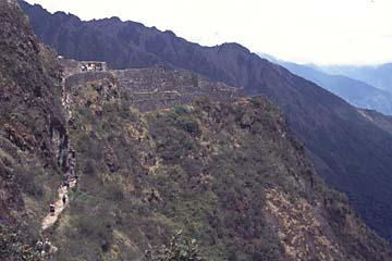 die Inka-Ruine Sayaqmarka liegt ideal auf einem Bergvorsprung, Inka Trail, Peru
