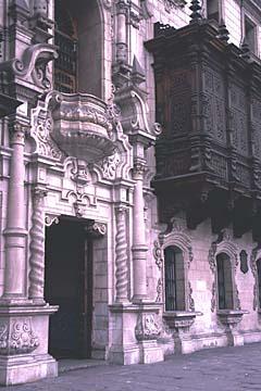 filigrane Architektur und Holzbalkone am Plaza de Armas, Lima, Peru