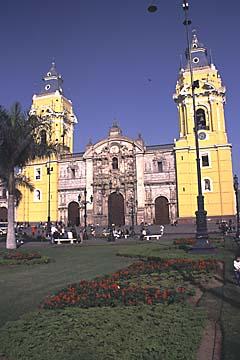 die gelbe Katedrale von Lima am Plaza de Armas, Peru