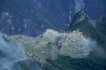 kurz nach dem Sonnentor machen die Wolken auf und Machu Picchu liegt vor einem, Inka Trail, Peru