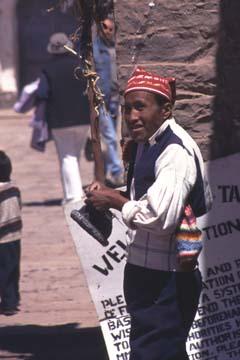 ein strickender Mann auf der Isla Taquile, Peru