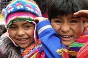 Kinder in farbenfrohen Trachten in Peru