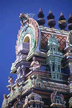 der bunte Hindu-Tempel am Petit marcheé, St. Denis, Réunion