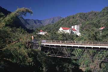 die Dorfkirche von Salazie und der gleichnamige Cirque, Réunion