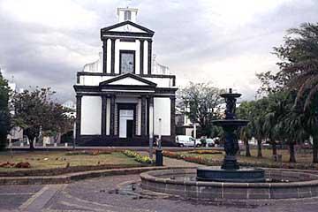 die Kirche an der Hauptstraße von St. Benoit, Réunion
