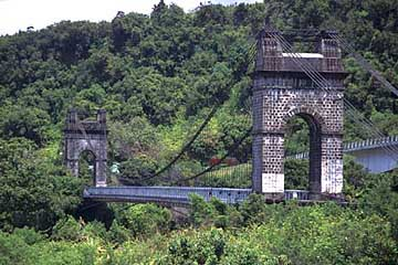 die 1884 erbaute Pont Suspendu über das Rivière de l'Est, Réunion
