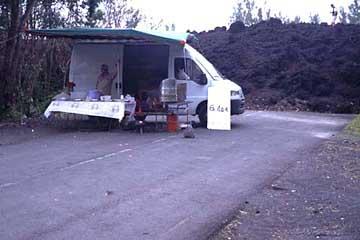 Eine Imbissbude beim Lavastrom von Januar 2002, Réunion