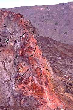 farblich schimmernde erkaltete Lava am Fournaise, La Réunion, Frankreich