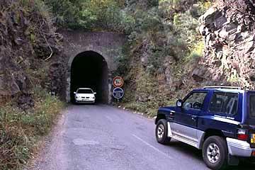 ein Tunnel auf der Strasse der 400 Kurven nach Cilaos, Réunion