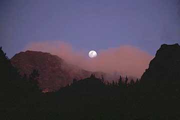 die aufgehende Mond über den Bergen des Mafate, Réunion