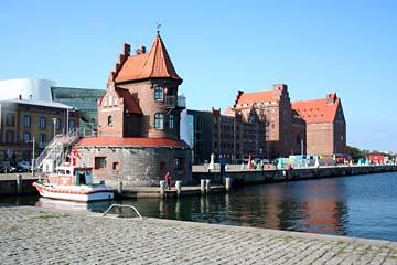 Backsteingebäude am Hafen in Stralsund, Mecklenburg-Vorpommern