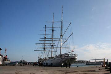 """Segelschulschiff """"Gorch Fock"""" im Hafen von Stralsund"""