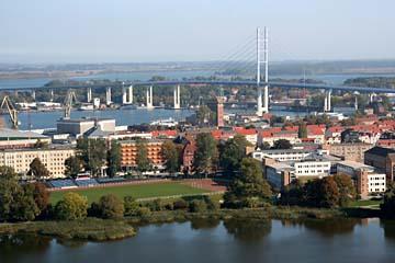 Blick vom Turm der Marienkirche in Stralsund auf die neue Rügenbrücke