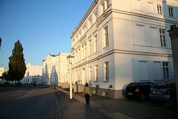 """weiße Häuser am """"Circus"""" in Putbos, Insel Rügen"""