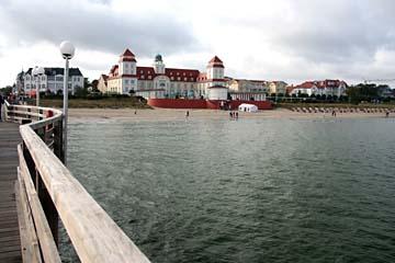 Rückblick auf Strand und Kurhaus von der Seebrücke in Binz, Insel Rügen