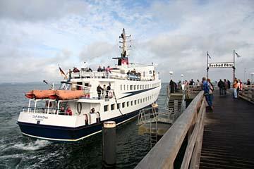 ein Schiff legt an, Seebrücke in Binz, Insel Rügen