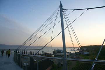 moderne Brücke zum alten Fährhafen in Sassnitz am Abend, Insel Rügen