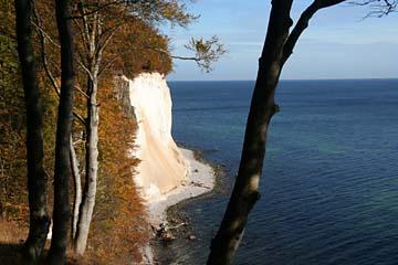 weiße Kreidefelsen und blaue Ostsee im Osten von Rügen