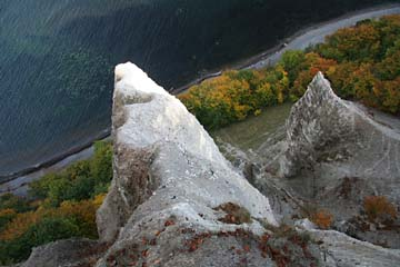 Blick über Kreidefelszacken zur Ostsee, Kreideküste im Osten von Rügen