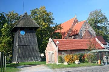 Kirche (verdeckt) und freistehender Holz-Glockenturm in Altenkirchen, Nordrügen