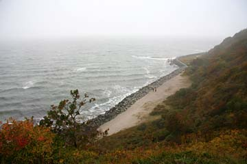 Tiefblick im Nebel zum Ostseestrand auf Hiddensee