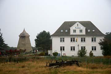 Rathaus und alte Windmühle in Vitte auf Hiddensee