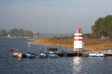 am kl. Hafen in Waase mit Leuchtturm, Insel Ummanz, Rügen